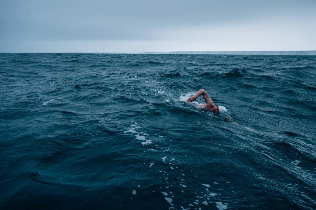человек в море плывет кролем на груди